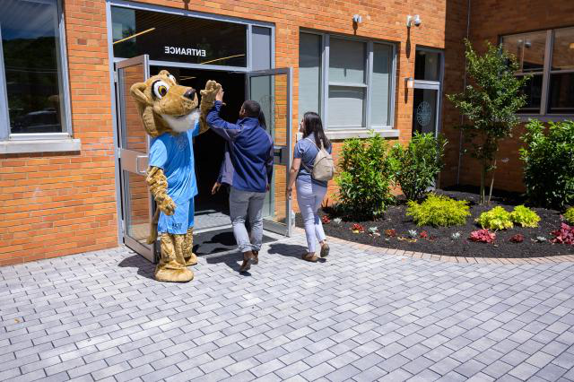 Kean Cougar welcomes students to Skyl和s campus