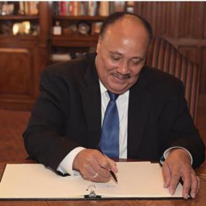 Martin Luther King III signs the Kean guest book